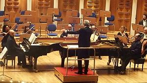 Okuldaş virtüozlerin iki piyano gösterisi