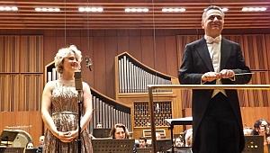 İstiklal Marşımızı Türkçe söyleyen Amerikalı soprano