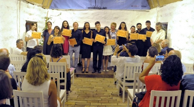 GFA'da genç piyanistler sertifikalarını aldı